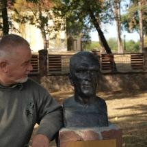 A nagy ideál, gr. Széchenyi Zsigmond mellszobra előtt. Háttérben gr. Széchenyi Zsigmond kőröshegyi vadászkastélya 2013.